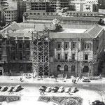 """Años 60. Ampliación del Ayuntamiento sobre el solar de la iglesia de San Francisco. Nótese que ya han desaparecido la torre del Ayuntamiento y el """"Edificio del Sepi"""", que debería verse en primer plano"""