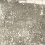 1908 Plaza Velarde desde el oeste, durante la celebración del centenario del 2 de mayo de 1808. En la esquina inferior derecha asoma la cubierta del Mercado de La Ribera