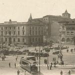 1935 Avenida de Alfonso XIII desde el comienzo del Paseo Pereda. En el centro, de izquierda a derecha, comienzo de la Calle Cádiz, Banco de España y Correos; detrás, la Catedral (obsérvese la antigua cabecera) y, a su izquierda, el Palacio Episcopal