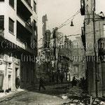 1941 Ruinas de la Calle Lealtad desde La Ribera. A la izquierda, Edificio Ubierna (se salvó del incendio; actualmente en la esquina de Lealtad con Calvo Sotelo)