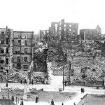 1941 Restos de la acera sur de Atarazanas tras el incendio. En el centro, Cuesta de Gibaja y, a la izquierda de ésta, entrada hacia la Calle del Rincón. Al fondo se puede ver buena parte de la Puebla Vieja ya destruida
