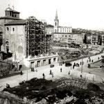 """Años 40. Con la """"Reconstrucción"""", el lugar de la Calle de La Compañía lo ocupó, aproximadamente, la nueva Juan de Herrera. El nivel de la calle se bajó, dejando la iglesia elevada sobre una terraza (nótese, además, que se ha retirado la espadaña)"""
