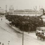 """1905 Plaza Velarde desde el puente, durante la """"Exposición Provincial Agrícola e Industrial"""""""