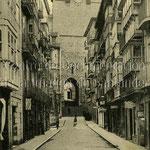 1911-1913 Calle del Puente desde el norte. Al fondo, la Catedral