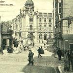 1906 Plaza de Pi y Margall desde el comienzo de la Cuesta del Hospital. A la derecha, comienzo de Atarazanas; al fondo, el nuevo Ayuntamiento (que ha llegado hasta nuestros días, pero sin la graciosa torrecilla de la esquina)
