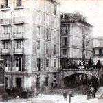 1883 Puente de Vargas desde La Ribera, engalanado con motivo de la visita de Alfonso XII a la ciudad. A la izquierda, Mercado de La Ribera