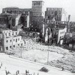 1941 Restos de la zona de Atarazanas desde el norte. En primer plano, solar donde había estado el Mercado de Atarazanas hasta 1939; detrás de éste, restos de la Calle del Rincón; al fondo, ruinas de la Catedral y el Palacio Episcopal