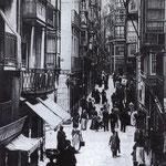1905 Calle San Francisco desde el oeste. La calle que cruza es Lealtad. Al fondo, Plaza Vieja