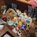 中央のカラフルな COW CUP は岐阜県知事賞をいただきました【ヤマ亮横井製陶所の商品たち】
