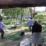 出来上がったあづま袋を手にお庭で写真を撮ることに!風にたなびくあづま袋!!