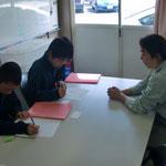 建築現場で質問する生徒