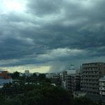 縦に雲が降りているところは雨が降っているんですねぇ。