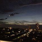 夜の空。月は三日月なのですが、カメラが力不足で…。あっ、私の力不足です…(笑)