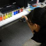 選んだカラーボトルの色を使って絵を描いて行きます。後ほど色の意味をご説明♪