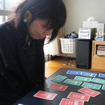 カードを使ってご自身の心の中を整理することも。(TCカラーセラピー)