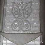 Customisation pour ces rideaux classiques au crochet : ils sont désormais dans un cadre géométrique et les pendants ont été déplacés.