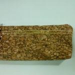 Trousse en liège agrémentée d'une bordure dorée, doublure intérieure recyclée.