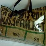 Sac de plage en toile de jute issue d'un sac à café plastifié pour éviter que le sable ne pénètre à l'intérieur