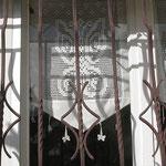 Les rideaux au crochet vus de dehors.