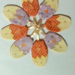 Décors de Pâques pour la table en forme ovale de poussins qui sortent de la coquille.