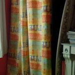 Des rideaux taillés dans une housse de couette devenue trop petite.