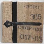 Tableau de 40 x 40 cm en sac à café agrémenté de deux anciennes ceintures cuir