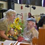 Mr Roger Moreau ...le plus ancien des résidants (19ans et 9 mois)...remettant une fleur à Mme NOURY, Directrice...depuis la création de la maison de retraite...