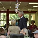 Mr Taugourdeau, député...visitant la maison de retraite...accompagnée de la Directrice...