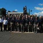 foto ricordo davanti al monumento dedicato agli emigrati Trentini a Jau'