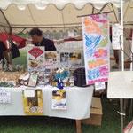 鴨川納涼 京都徳島県人会 カラフルな商品とディスプレーは地域おこし協力隊が徹夜で考案!