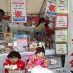 鴨川納涼 京都徳島県人会販売ブースはかかし人形が看板娘