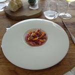 carpaccio de bonite, amande fraîche, framboise, fleur de calendoula