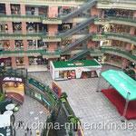 Ein bekanntes Einkaufszentrum in Fuzhou mit einem sehr großen Innenhof. (3)
