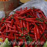Pepperoni. Die roten sind in der Regel weniger scharf als die grünen - zumindest hier in Südchina. (Kein Photoshop! Das sind wirklich die originalen Farben!)