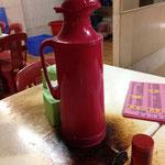 Das heiße Wasser wird in einer Thermoskanne bereitgestellt. Wie man sieht, handelt sich um ein sehr einfaches Restaurant. Das Essen dort ist nichtsdestotrotz sehr lecker.