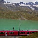 Lago Bianco auf dem Berninapass mit der RHB