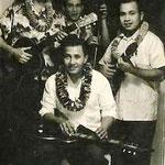 Hawaiian ensemble met vlnr. Evert Put (gitaar), Nono Gillet (Hawaiian gitaar), ? (bas) en Dolf Halapiry (ukelele)