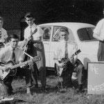 THE SWEEPERS 1961 vlnr: Peter Heeren - Sjef Schuerman - Frans Konings - Peter Poshumus - René Stam ( René Stam achter de theekist omdat Toon Simons ontbrak bij het nemen van de foto)