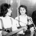 The Corrida's tijdens een optreden in Hotel Centraal in de Brugstraat. Ida van Aken (l) en Corry Bierstekers (r)