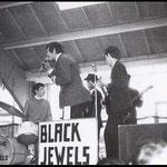THE BLACK JEWELS optreden in de veehallen tijdens Beatparade '68 voor de Tienerhoeve (Etten-Leur)