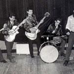 ULLY & his ROCKING COMETS ca.1960-1961 Uiterst links: Ully Berkelie en naast hem Ronny Rohder. Rechts de broers Jerry en Ruud Eimer.