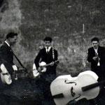 THE HOUND DOGS  ca. 1960 vlnr: Kees Verheyen - Kees van Rijsbergen - Jos Voeten - Hans Kuystermans (onder de bas) (fotocollectie: Jack Goossen)