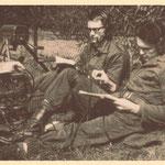 Dienstplichtig militair Jack de Nijs met een dienstmaat in mei 1963 te velde als telegrafist.