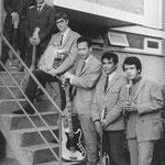 The Garuda's poseren in november 1968 aan de achteringang van een flat aan de Burg. Freijterslaan vlnr: Nico Douwes, Willy Tinga, John Graste, Boum Bletterman, Otto Tinga, Frans Hartsinck (Foto Walravens)