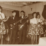 THE HIGH MOOR ROCKERS met het gitaar spelend meisjeskoor (ca. 1963/1964)- vlnr: Bea van Opdorp, René Adriaansen, Hans Mies, ?, ? en Rina van der Poel.