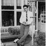 Jack de Nijs (ca. 1958) thuis poserend achter de woning aan de Mgr. Hopmansstraat.