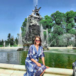 An einem der zahlreichen Springbrunnen im Schlossgarten Herrenchiemsee (Regenbogen, links neben mir)