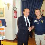 L'arbitro, Stefano Plescia, viene premiato con una medaglia dal Presidente della sezione U.N.U.C.I. Gaeta -sud pontino