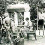 Küchenfrauen bei der Arbeit 1963