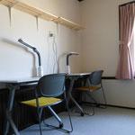 寄宿生部屋の机